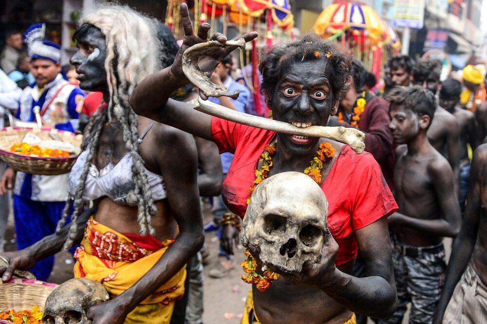 Una processione religiosa per celebrare la festa indù di Maha Shivratri ad Allahabad, India