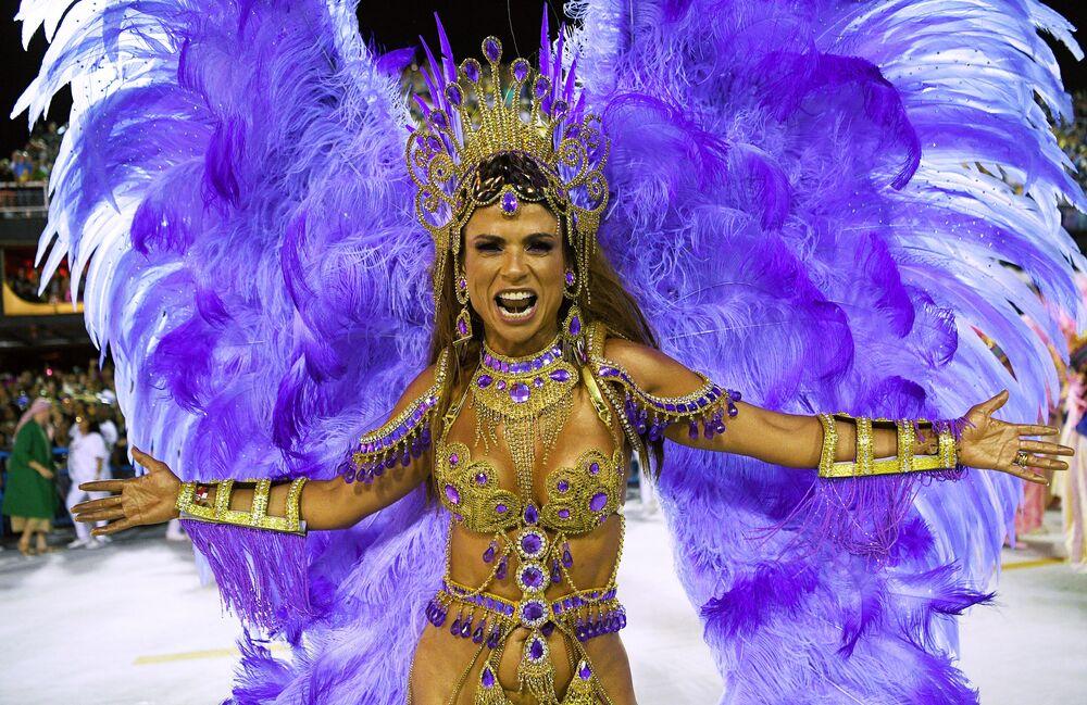 Una partecipante della scuola di samba di Mangueira si esibisce durante la prima notte del Carnevale di Rio de Janeiro, Brasile