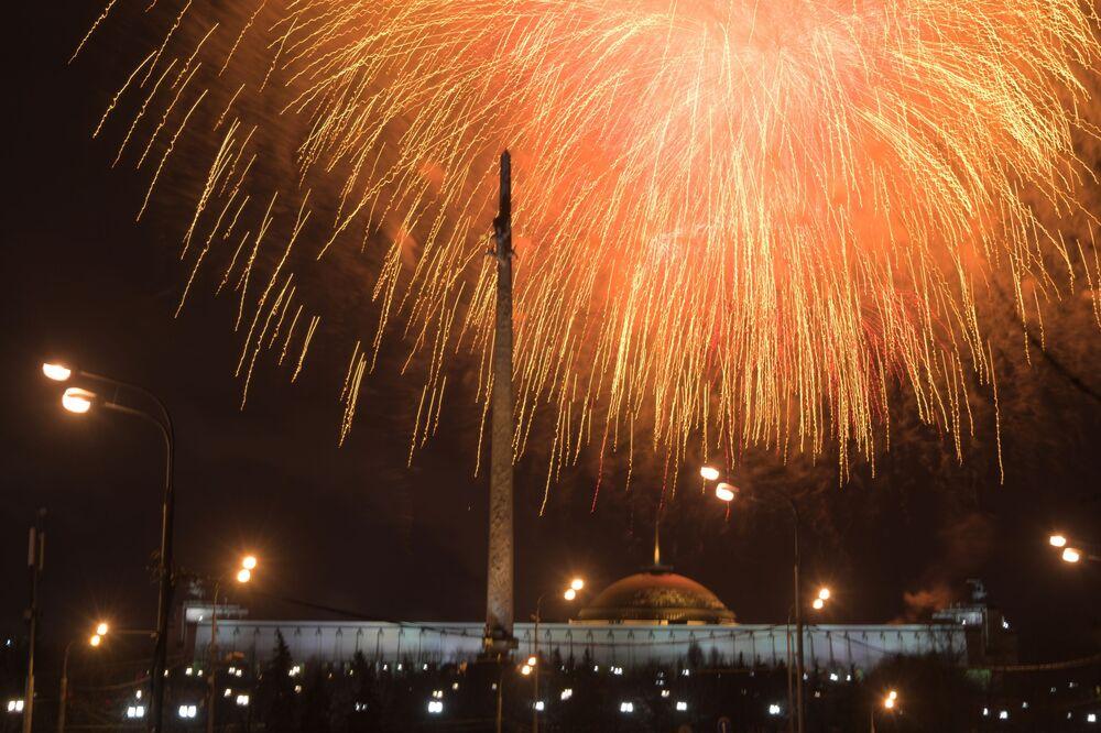 I fuochi d'artificio a Mosca in occasione del giorno dei difensori della Madrepatria