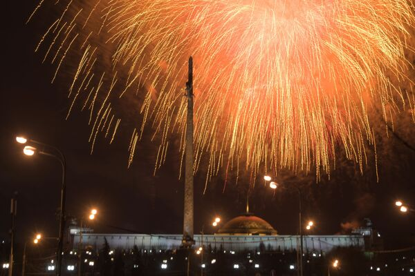 I fuochi d'artificio a Mosca in occasione del giorno dei difensori della Madrepatria - Sputnik Italia