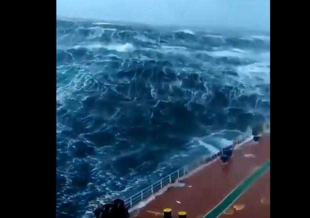 La forza della natura: nave affronta tempesta in mare