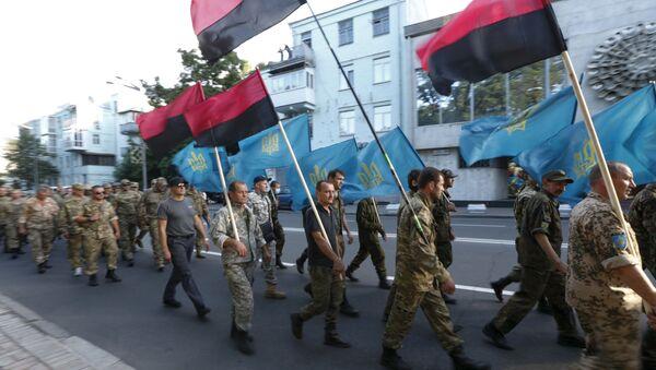 Сторонники Правого сектора и члены украинского добровольческого корпуса в Киеве - Sputnik Italia