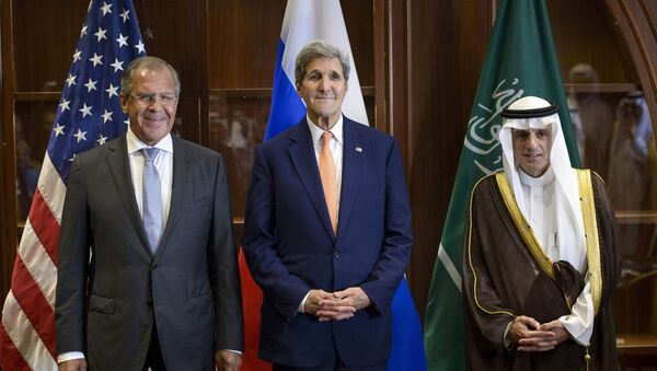Глава МИД РФ Сергей Лавров, госсекретарь США Джон Керри и министр иностранных дел Саудовской Аравии Адель аль-Джубейр на трехсторонней встречи в Дохе, Катар - Sputnik Italia
