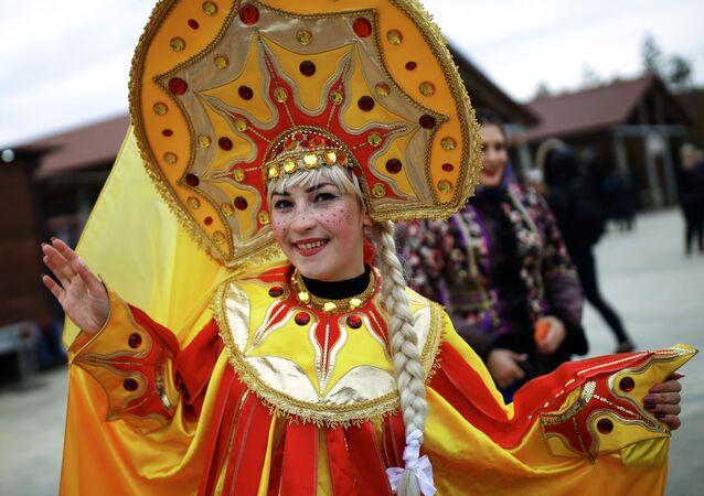 Una partecipante alla celebrazione di Maslenitsa nella regione di Krasnodar, Russia