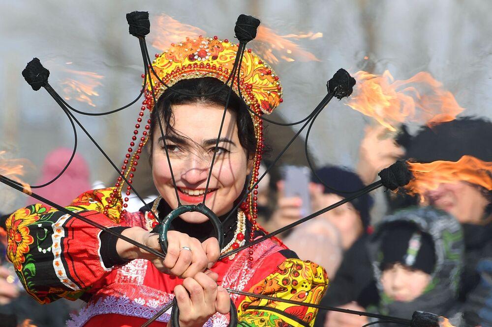 Una partecipante alla celebrazione di Maslenitsa a Kazan, Russia