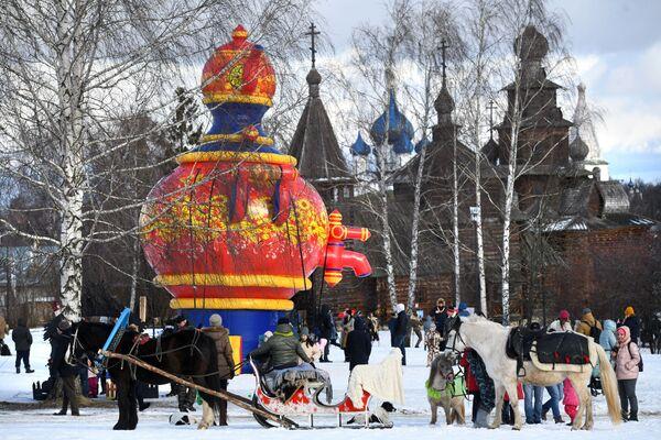 I partecipanti ai festeggiamenti di Maslenitsa a Suzdal, Russia - Sputnik Italia