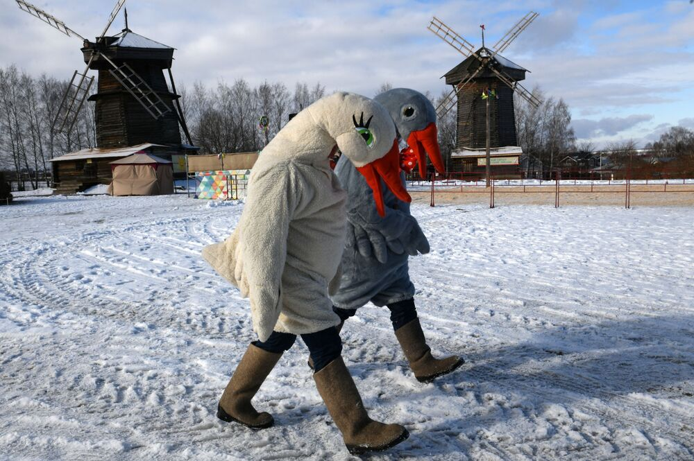 I partecipanti ai festeggiamenti di Maslenitsa a Suzdal, Russia