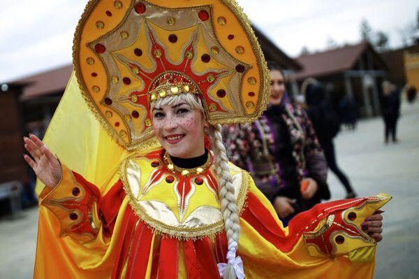 Una partecipante alla celebrazione di Maslenitsa nella regione di Krasnodar, Russia - Sputnik Italia