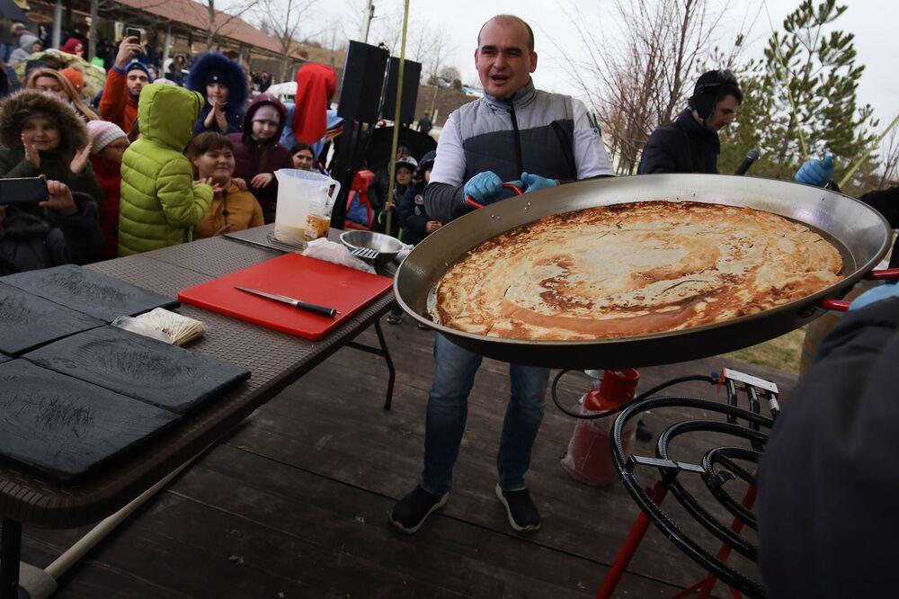 Preparazione del più grande blin (pancake) nella Russia meridionale durante la celebrazione di Maslenitsa nella regione di Krasnodar, Russia