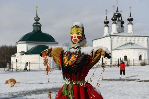 Un pupazzo di paglia ai festeggiamenti di Maslenitsa a Suzdal, Russia - Sputnik Italia