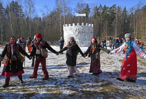 I partecipanti ai festeggiamenti di Maslenitsa nella regione di Mosca, Russia - Sputnik Italia