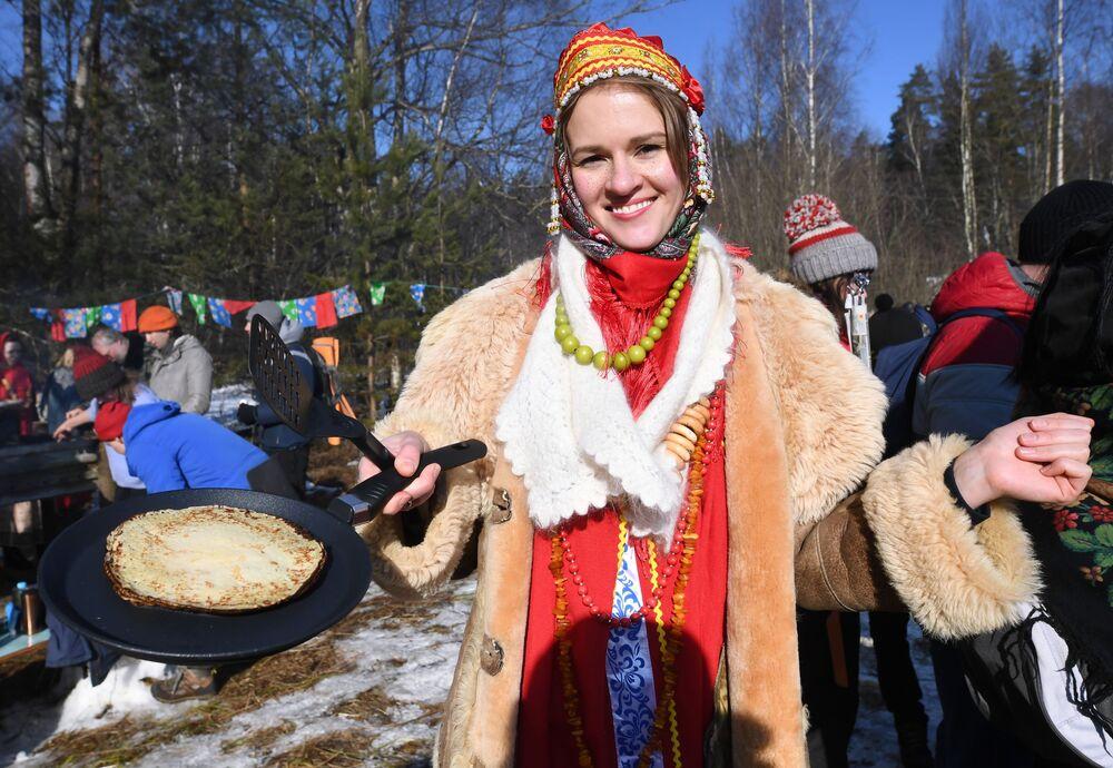 Una partecipante ai festeggiamenti di Maslenitsa nella regione di Mosca, Russia