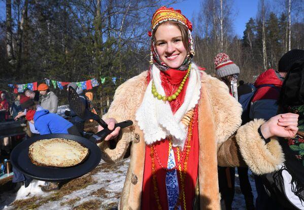 Una partecipante ai festeggiamenti di Maslenitsa nella regione di Mosca, Russia - Sputnik Italia