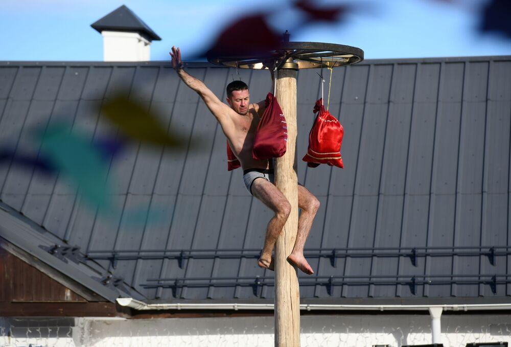 Un partecipante ai festeggiamenti di Maslenitsa a Suzdal, Russia