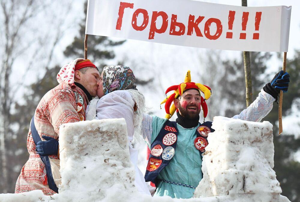 I partecipanti ai festeggiamenti di Maslenitsa nella regione di Mosca, Russia
