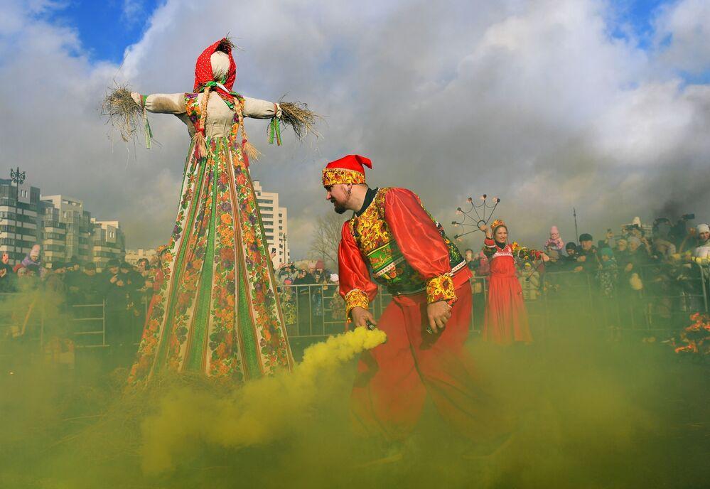 Rogo del pupazzo di paglia durante i festeggiamenti di Maslenitsa a Kazan, Russia