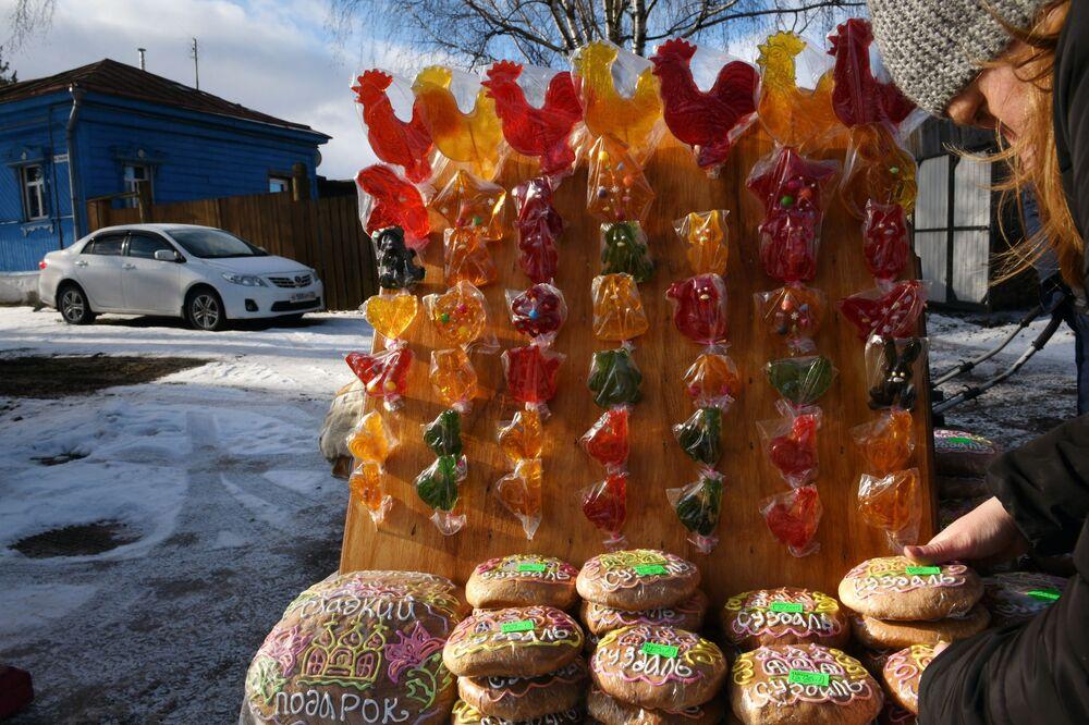 Vendita di dolci durante i festeggiamenti di Maslenitsa a Suzdal, Russia