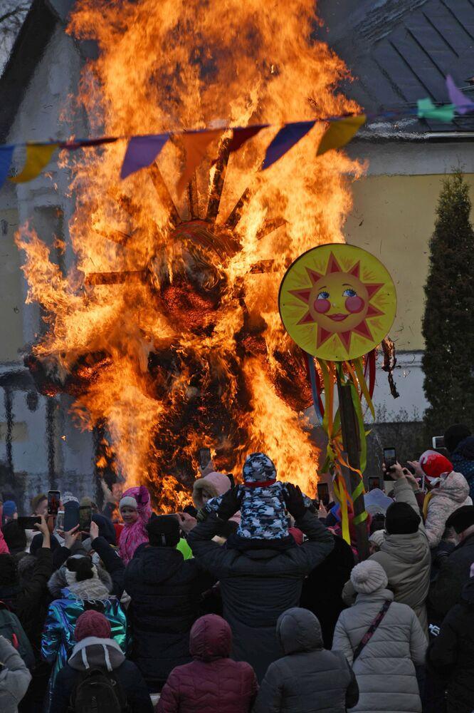 Rogo del pupazzo di paglia durante i festeggiamenti di Maslenitsa a Suzdal, Russia