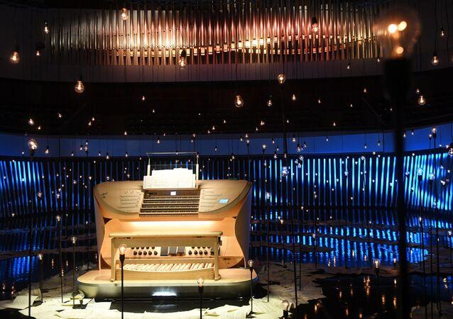 La consolle del grande organo a canne nella sala da concerto di Zaryadye a Mosca, Russia