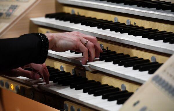 L'organista principale del grande organo a canne della sala da concerto di Zaryadye Lada Labzina, Mosca, Russia - Sputnik Italia