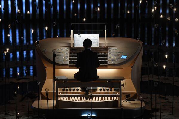 Il musicista Timur Khaliullin suona il grande organo a canne nella sala da concerto di Zaryadye a Mosca, Russia - Sputnik Italia