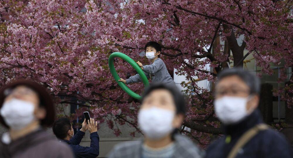 Gente in mascherine in Giappone