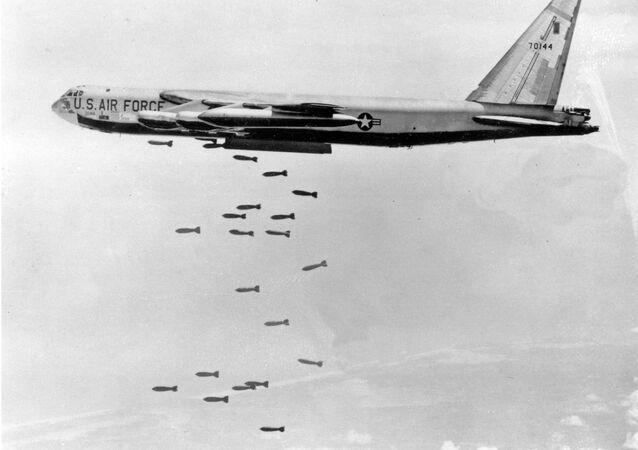 Un B-52 sgancia delle bombe in Vietnam del Nord