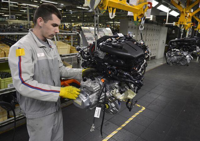 Operaio al lavoro in stabilimento dove vengono prodotte le auto Peugeot 208