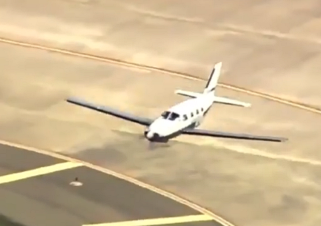 Alto pilotaggio! Un aereo atterra sulla fusoliera senza subire gravi danni - Video