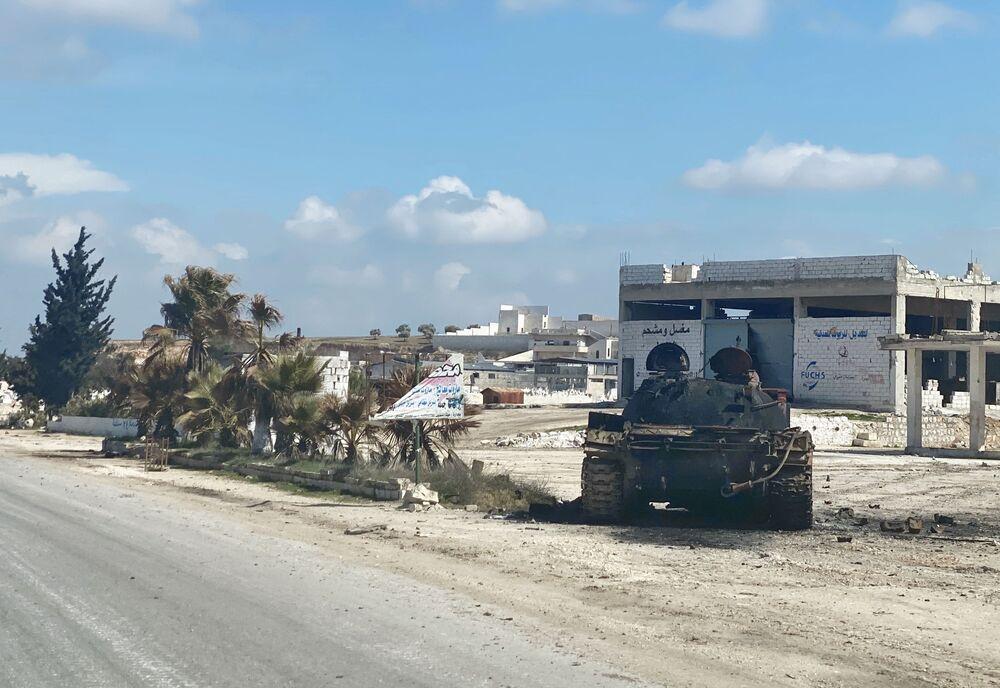 Veicolo militare sul ciglio dell'autostrada M5 Damasco-Aleppo nei pressi di Maarat al Numan nella provincia di Idlib, Siria.