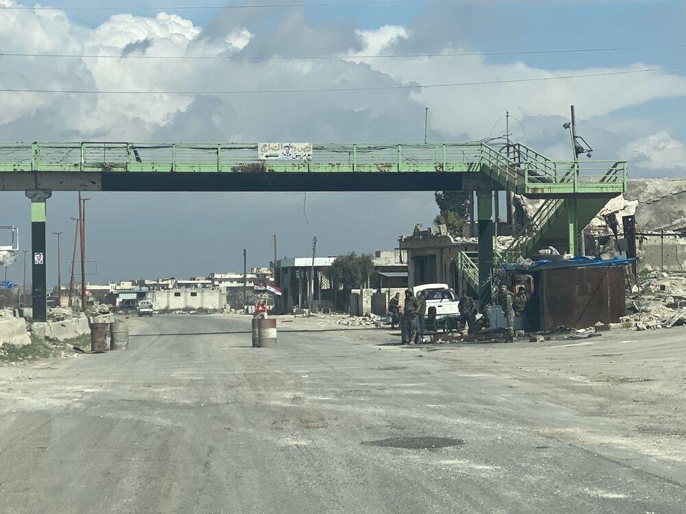 Dei posti di blocco dell'esercito siriano sull'autostrada Damasco-Aleppo (M5) nella provincia di Idlib in Siria.