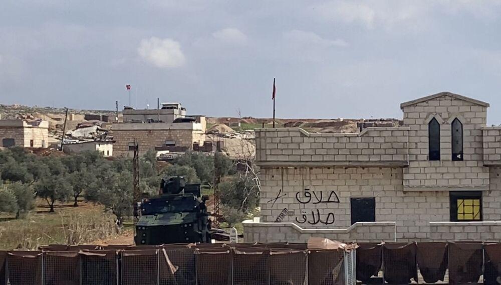 Un posto di blocco dell'esercito turco sull'autostrada Damasco-Aleppo (M5) nella provincia di Idlib, Siria.