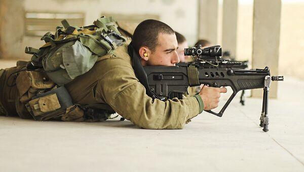 Un soldato con il fucile d'assalto israeliano Tavor TAR-21 - Sputnik Italia