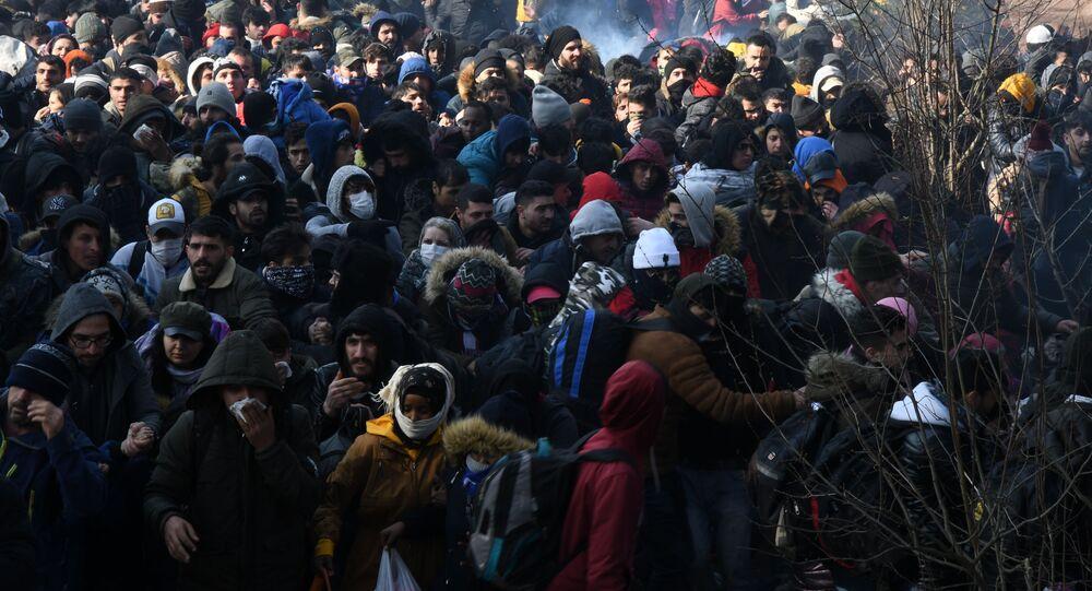 Una folla di rifugiati al confine tra Turchia e Grecia.