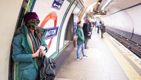 Una ragazza in mascherina a Londra - Sputnik Italia
