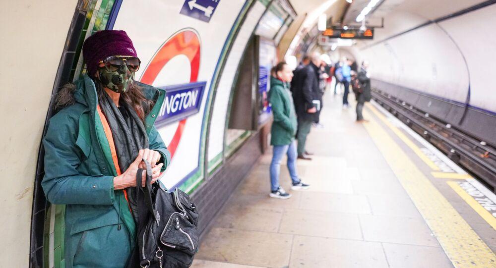 Una ragazza in mascherina a Londra