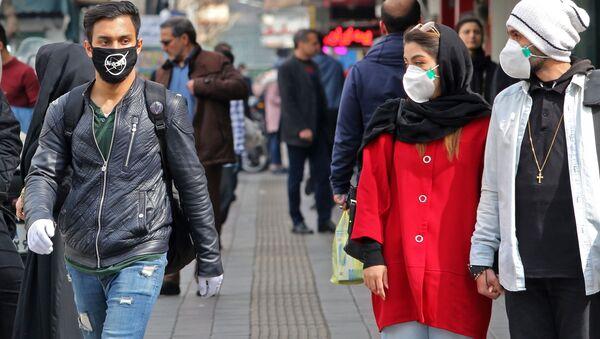 Un uomo in mascherina con la scritta NASA a Teheran - Sputnik Italia