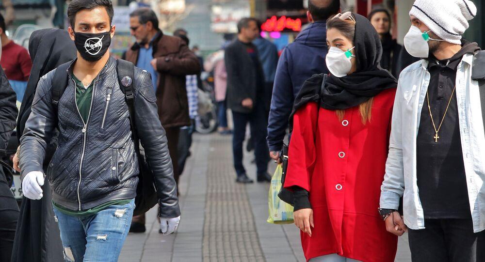 Un uomo in mascherina con la scritta NASA a Teheran