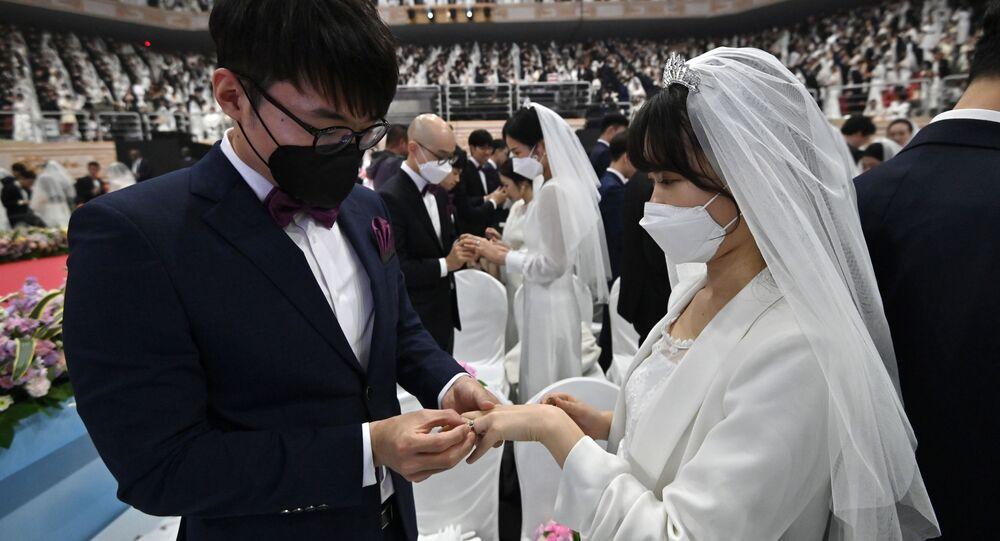 Fidanzati in mascherine durante la nozze di massa in Corea del Sud
