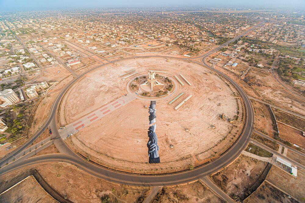 Il land arte dell'artista Saype in Burkina Faso.