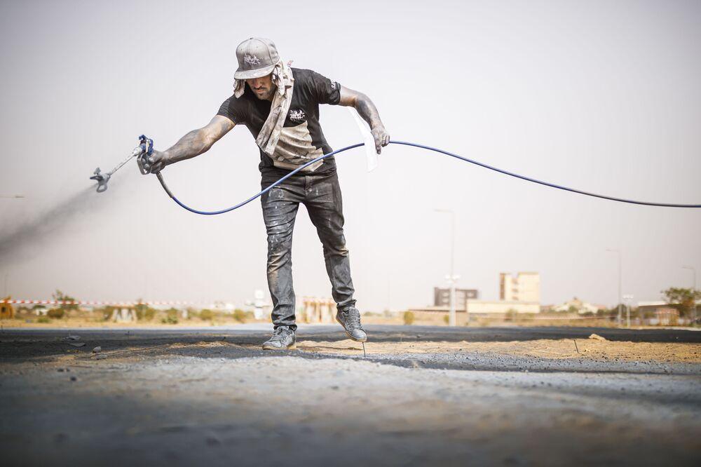 L'artista moderno franco-svizzero Saype al lavoro, Burkina Faso.