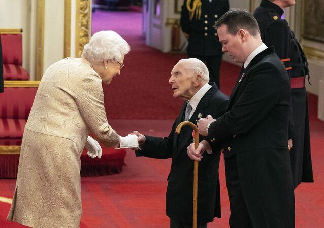 La Regina Elisabetta consegna le medaglie