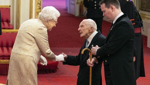 La Regina Elisabetta consegna le medaglie - Sputnik Italia