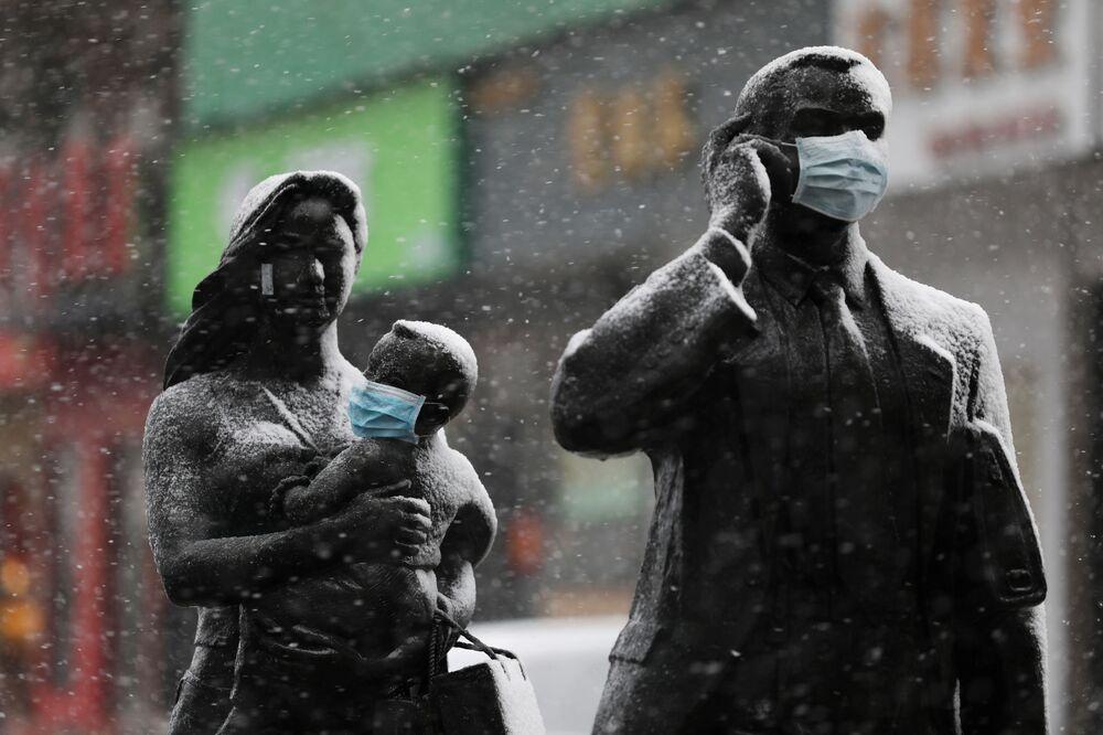 Statue in mascherine a Wuhan, Cina.