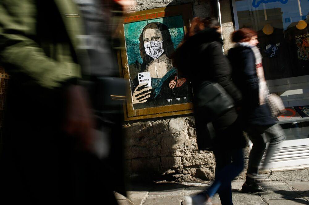 Il poster della Monna Lisa di Leonardo da Vinci in mascherina a Barcellona.