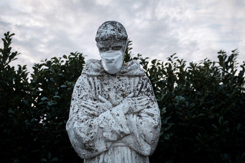 Una mascherina è stata messa sulla faccia della statua di San Francesco a San Fiorano.