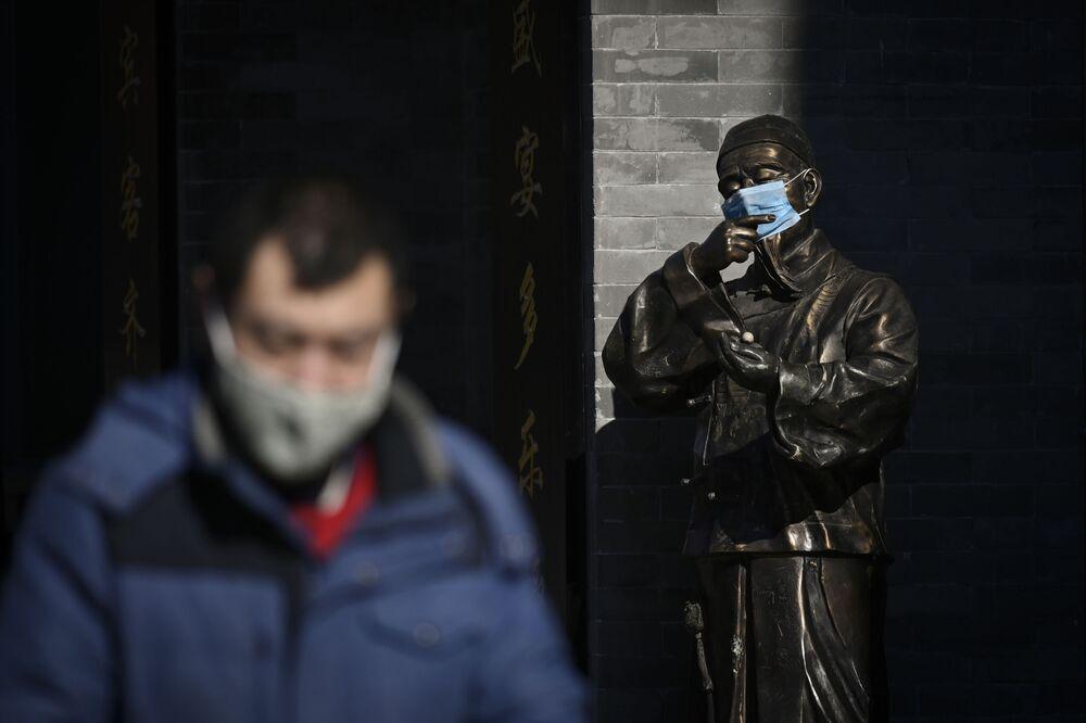 Una statua in mascherina a Pechino.