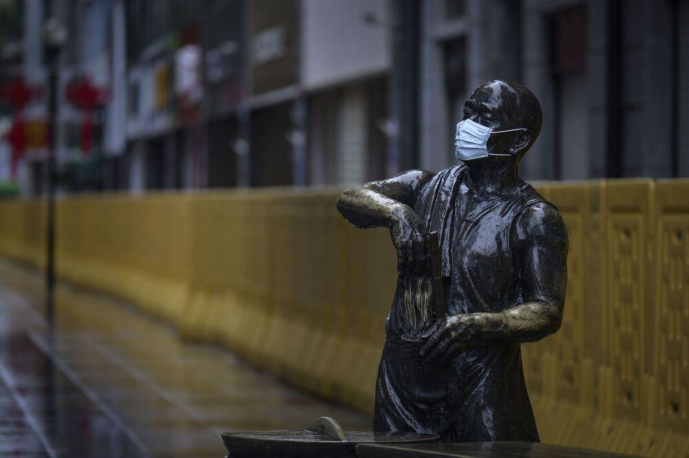 Una statua in mascherina a Wuhan, Cina.