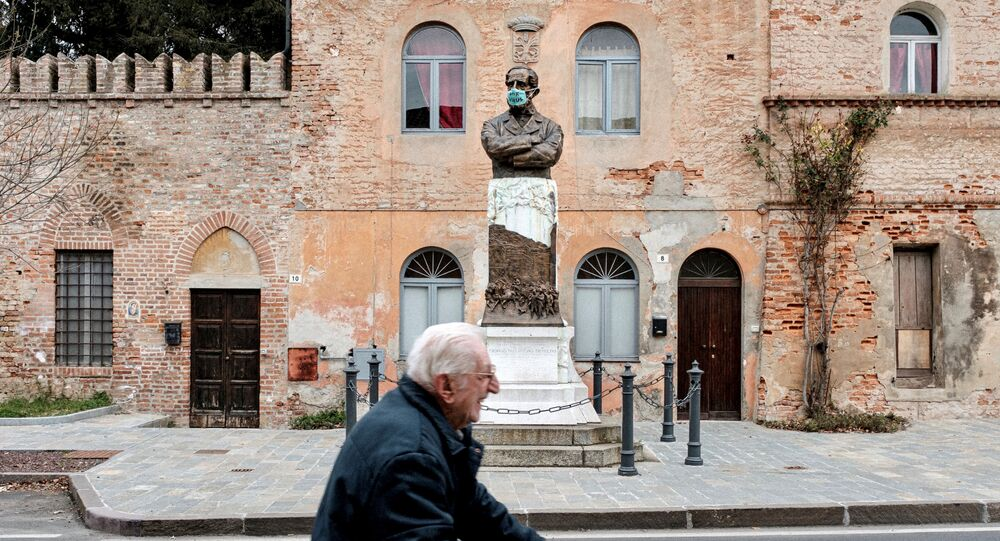 Monumento con la mascherina in Italia