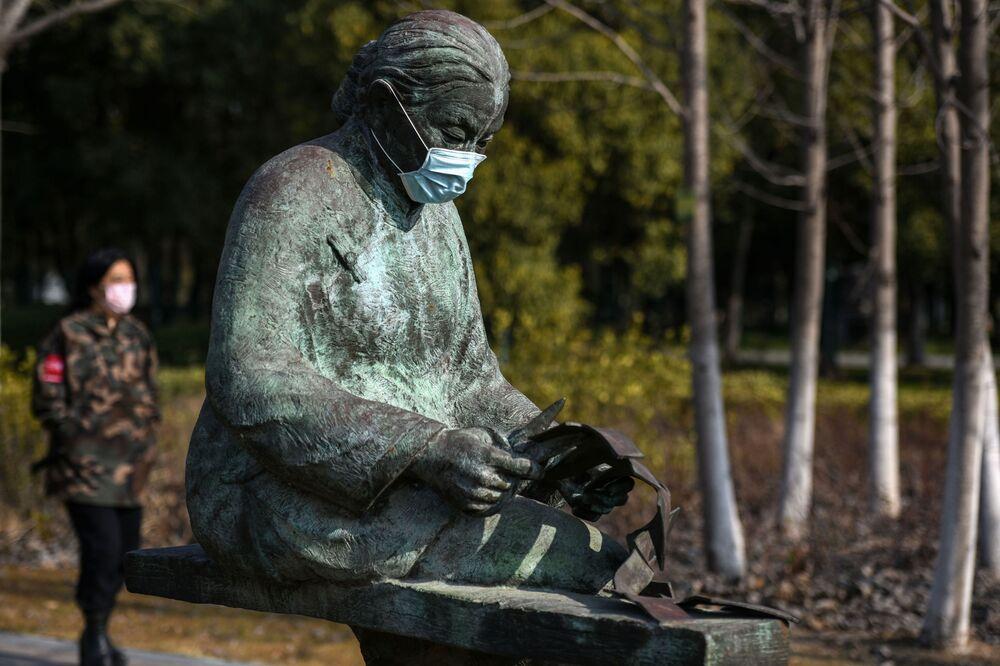 Una statua indossa una mascherina in un parco Huaian, Cina.
